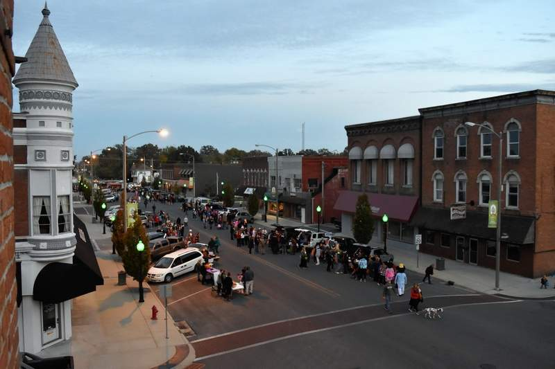 Goblin' up the treats: Du Quoin Trunk or Treat draws big crowd