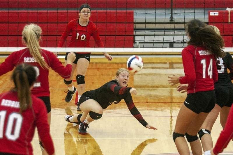 Du Quoin's Meryn Gross digs the ball in Tuesday's match against West Frankfort.