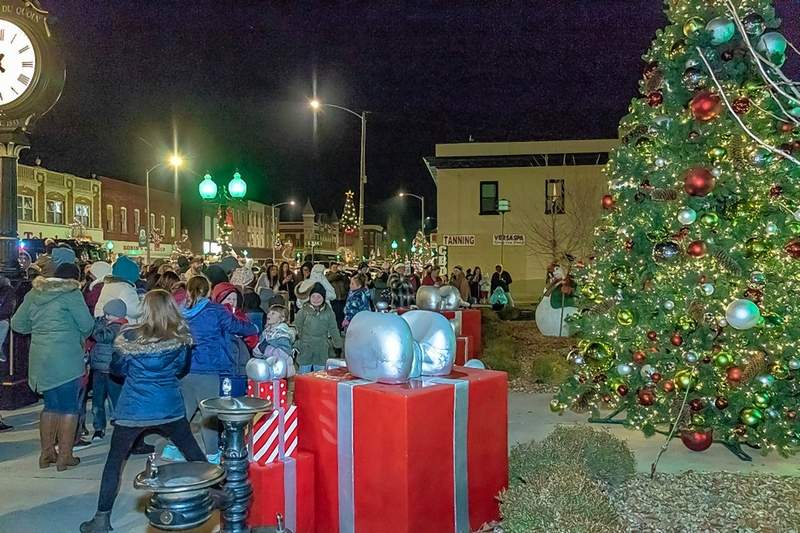 A merry scene on the streets of Du Quoin Monday night.
